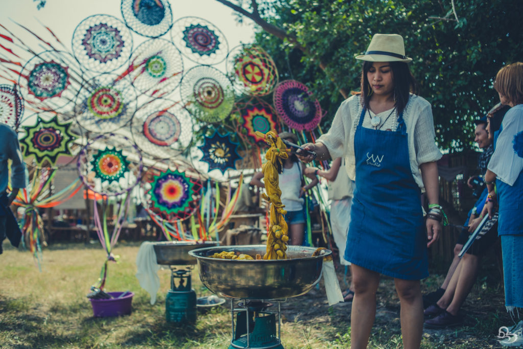 tie dyeing workship wonderfruit